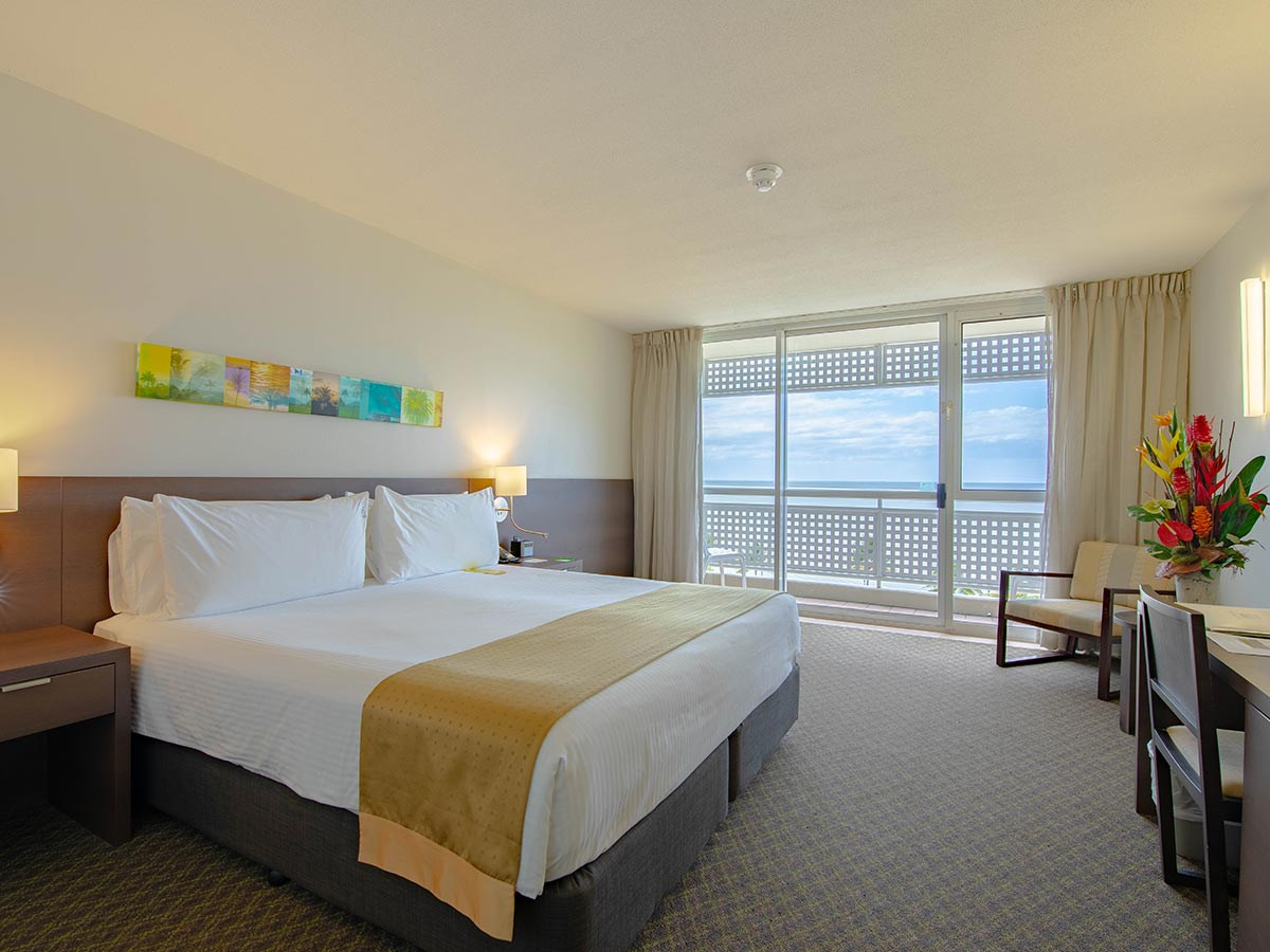 Holiday-Inn-Cairns-Harbourside-deluxe-room