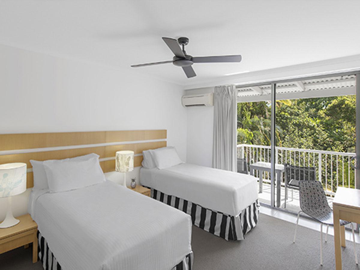 Oaks-Resort-Port-Douglas-Hotel-Room-Garden-View-Bedroom