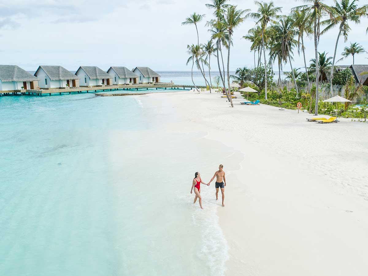 Fushifaru-Maldives-couple-beach