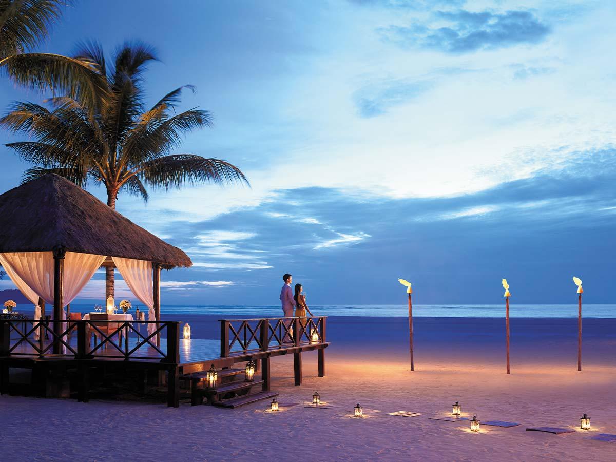 Shangri-La-Rasa-Ria-Resort-gazebo-night-couple